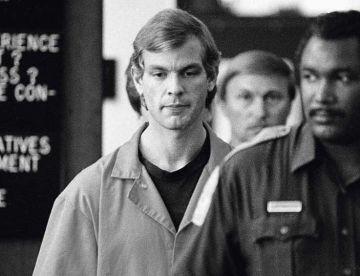 Jeffrey Dahmer, responsable, entre 1978 y 1991, de la muerte de 17 hombres de Milwaukee con cuyos cuerpos practicaba necrofilia. Se le declaró legalmente cuerdo en su juicio. Cordon