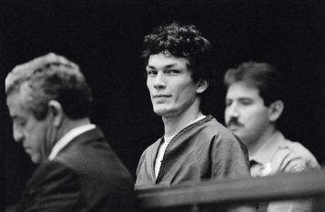 Richard Ramirez se convirtió en uno de los grandes asesinos mediáticos de los años ochenta: se colaba en casa de sus 13 víctimas en Los Ángeles y las violaba y mataba. Cordon