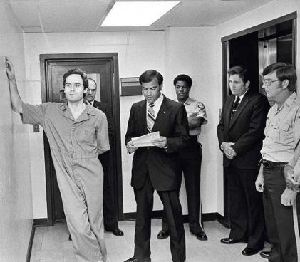 """Ted Bundy acabó con la vida de entre 30 y 36 chicas en Los Ángeles en los sesenta. La abogada responsable de su defensa lo llamó """"la definción definitiva del mal más desalmado"""". Cordon"""