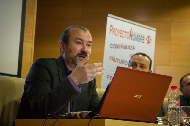 El profesor de la UCA, Víctor Marí, durante la presentación de la investigación 'Adolescentes y abuso de nuevas tecnologías de la Información y la comunicación', en el Campus de Jerez.